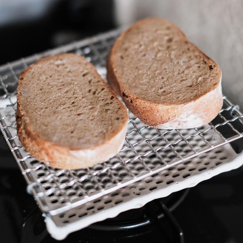 ふっくらおいしくパンを焼く セラミック焼網 小サイズ カンパーニュは2個置いて。