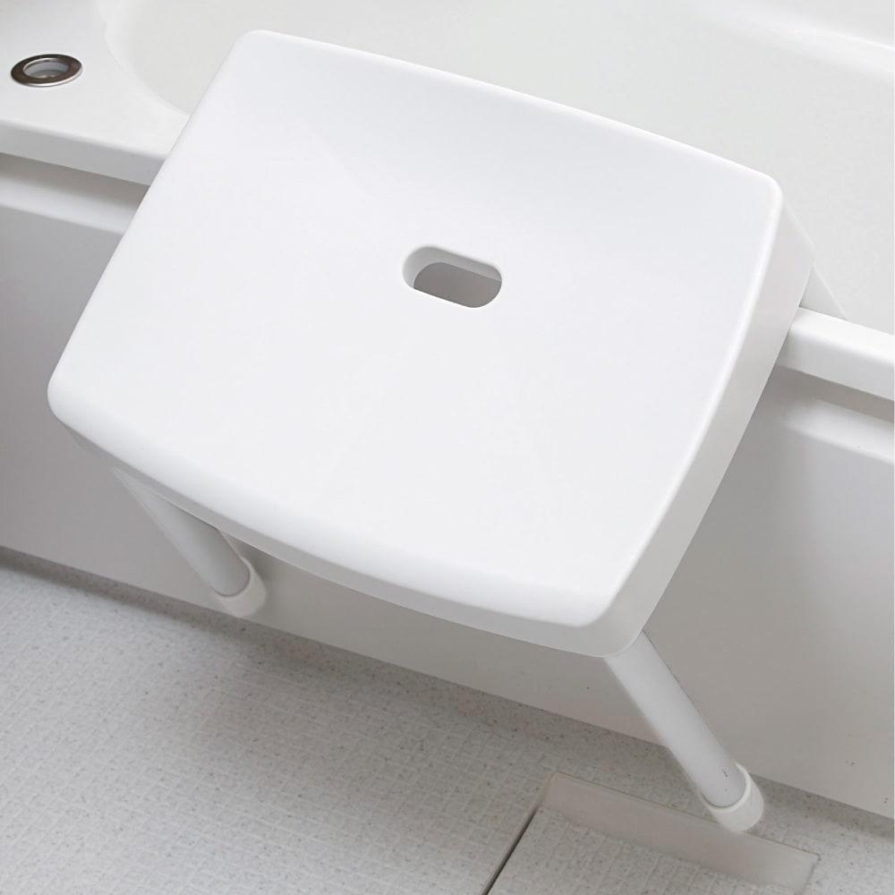 〈RETTO〉コンフォートバスチェア チェア単品 使い終わったら、浴槽の縁にかけて収納できます。湿気をためず、乾きも早くなります。
