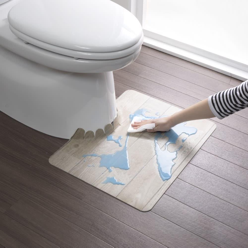 汚れが拭ける消臭トイレマット ショート木目調 使用イメージ(イ)ホワイト