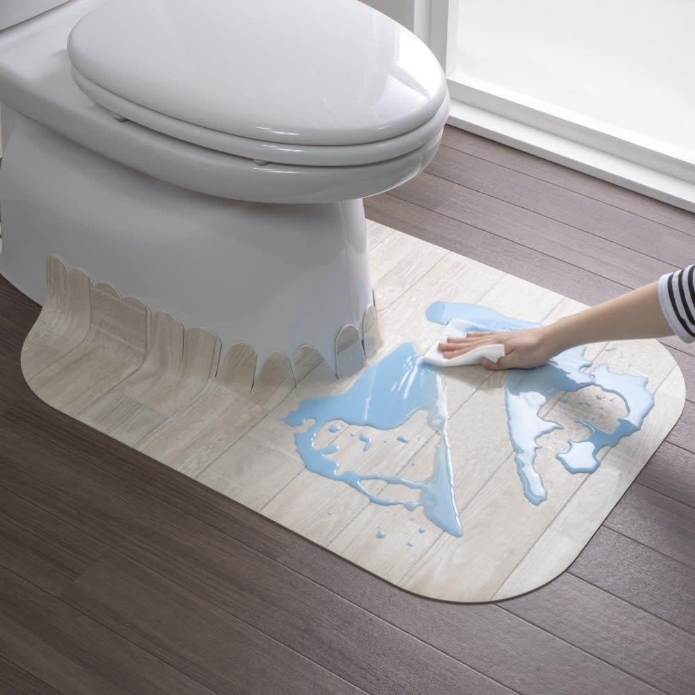 汚れが拭ける消臭トイレマット ロング木目調 使用イメージ(イ)ホワイト