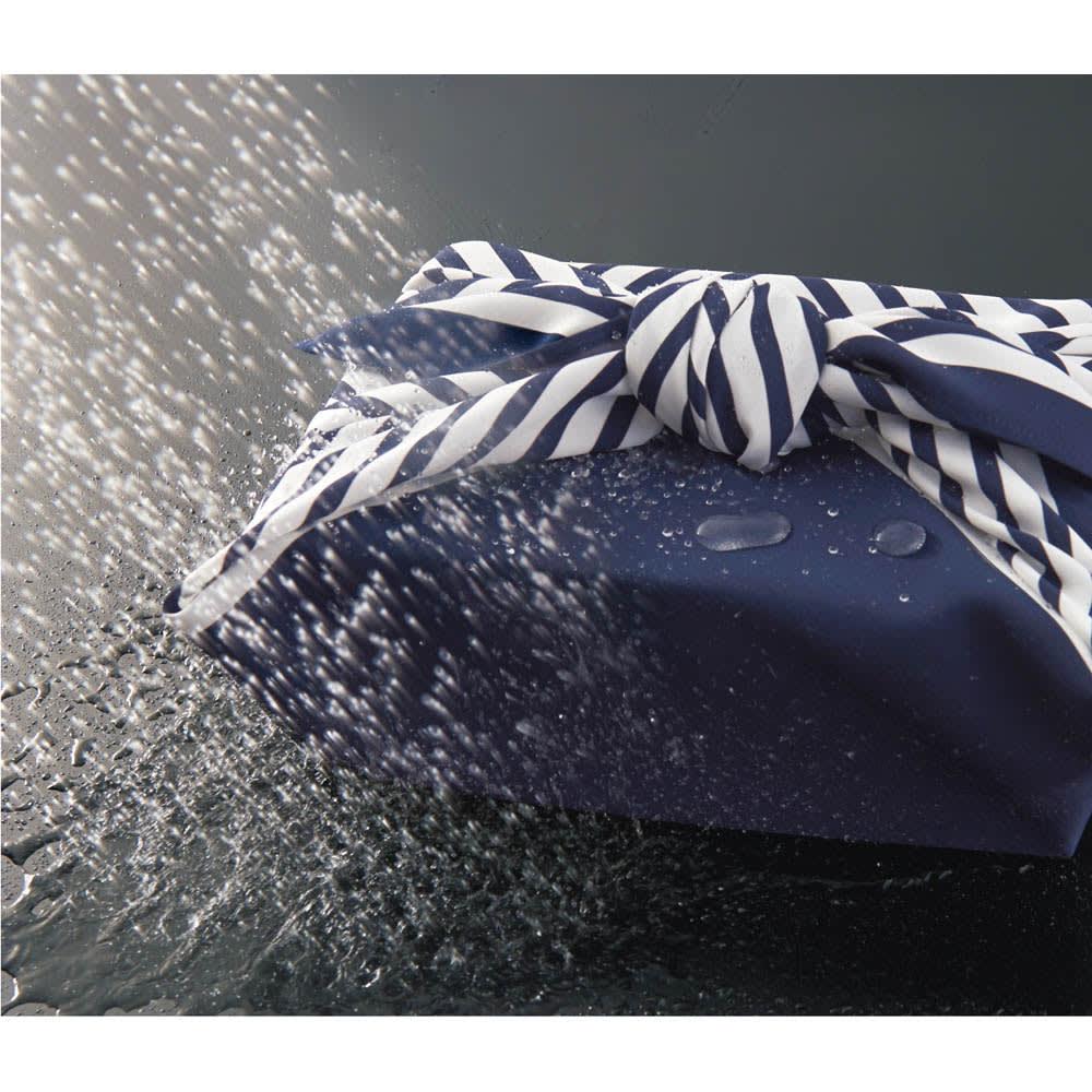 朝倉染布 濡れないはっ水風呂敷 (96×96cm) このはっ水力!水分は水玉になってコロコロはじかれてしまいます。