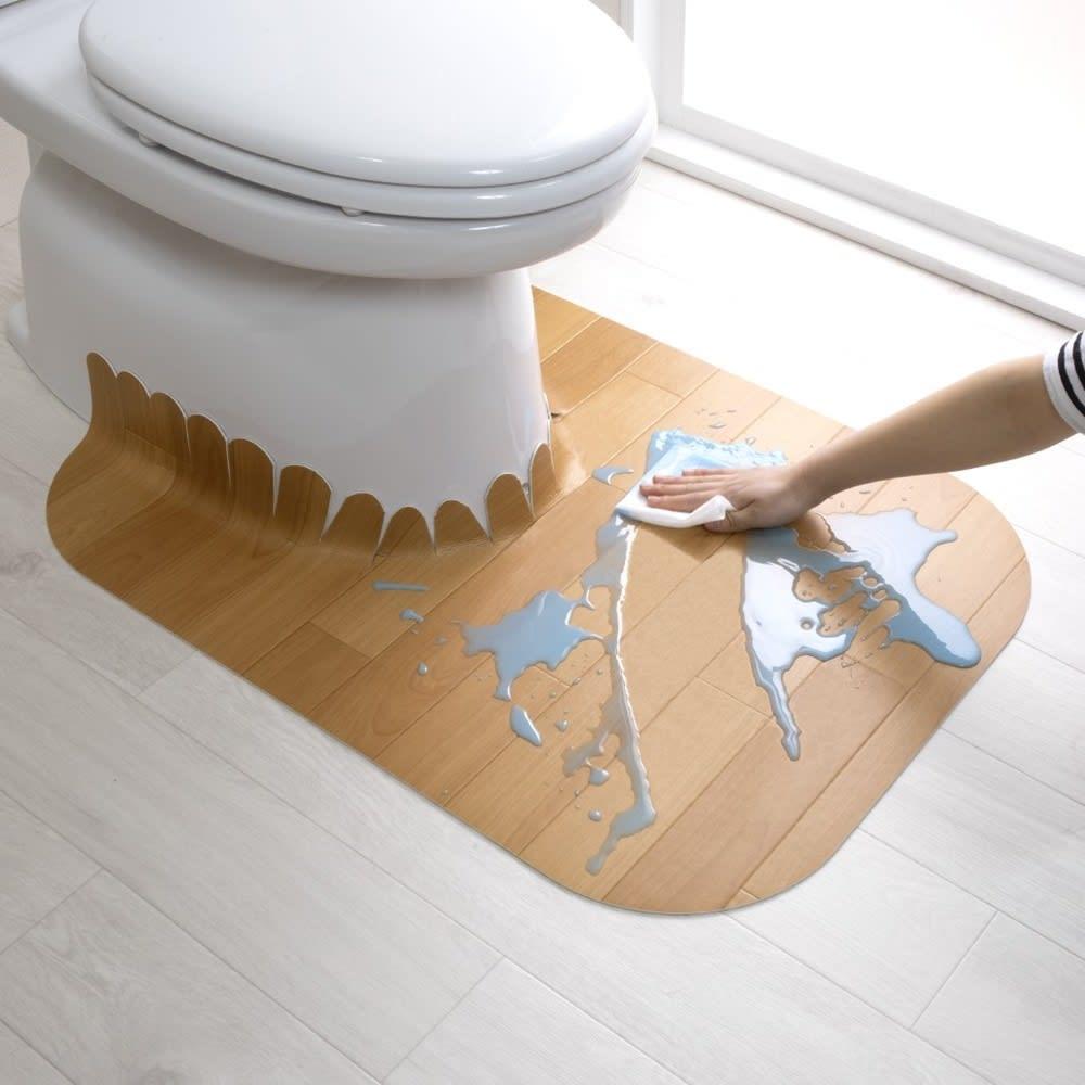 汚れが拭ける消臭トイレマット ロング木目調 使用イメージ(ア)ベージュ