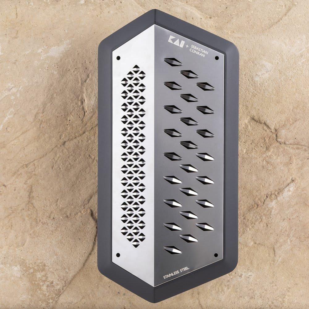 SEBASTIAN CONRAN×貝印 JANUS GRATER/ヤーヌスグレーター おろし器 刃は素材や用途に合わせて「粗目」「細目」の2種類を使い分けることができます。