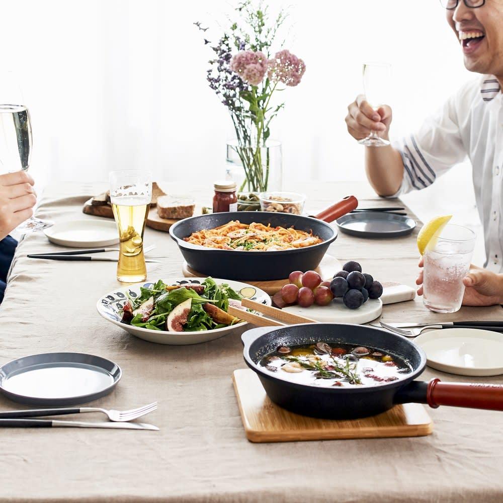ディッシュ&チルIH対応ガラス蓋付オンザテーブルパン26cm そのままテーブルに持っていけるので、大皿代わりになります。