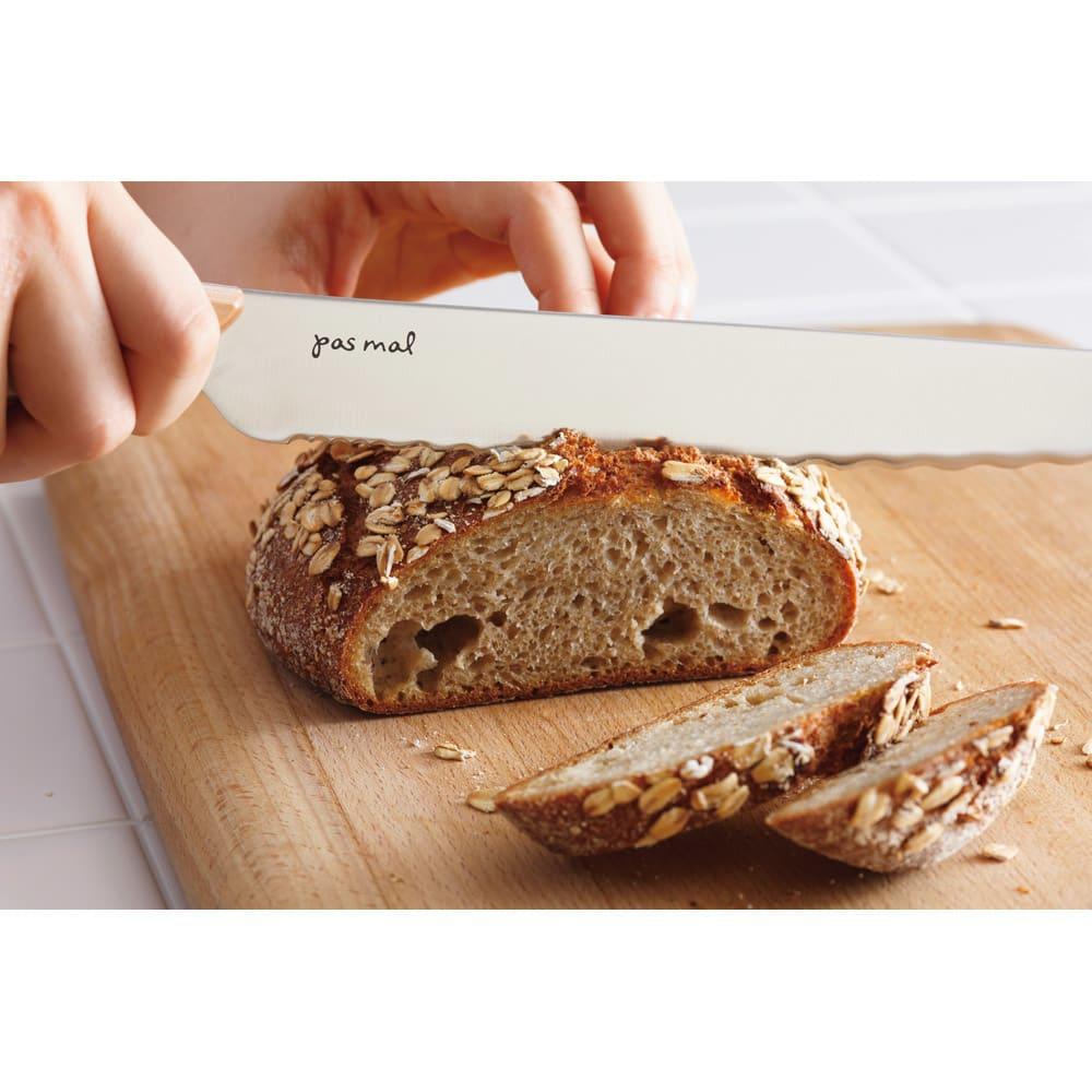 貝印 ブレッドナイフ pas mal WAVECUT/パマルウェーブカット (パン切り包丁) 内側の柔らかい部分は緩やかな波刃でやさしくスライス。