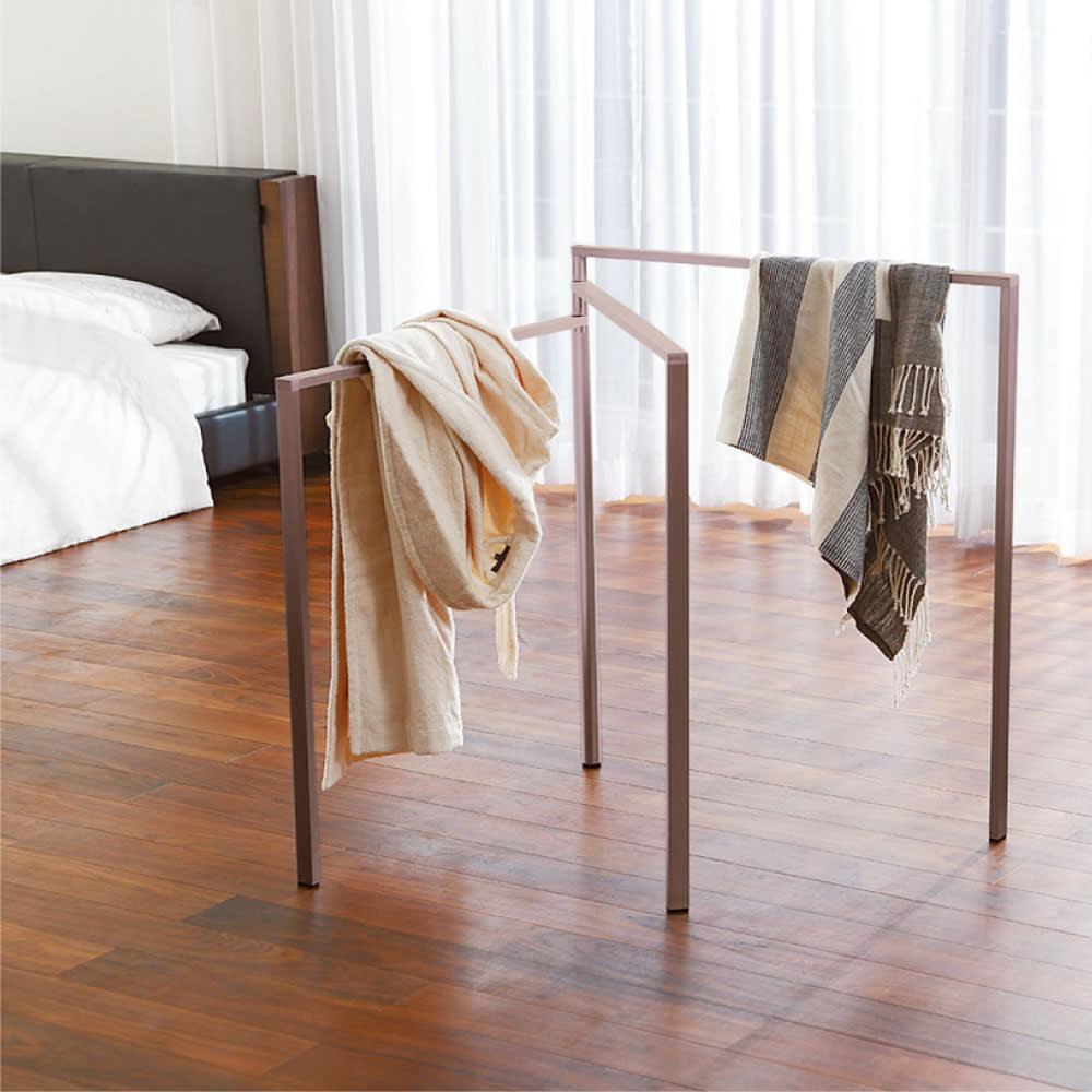 アルミ製タオルハンガー(室内物干し) 3枚ワイド/4枚ワイド ルームウェアやストール等のちょっと掛けにも便利です。脱衣所だけでなく、寝室等の使用もおすすめ。 ※写真は3枚ワイドタイプ(ウ)ブラウンです。