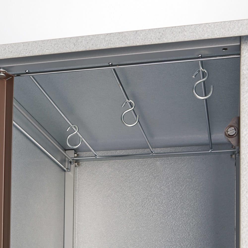 ベランダ物干しサポートワゴン キャスター付き収納庫 天板裏にはハンガーなどが掛けられるワイヤー仕様。フック付き。
