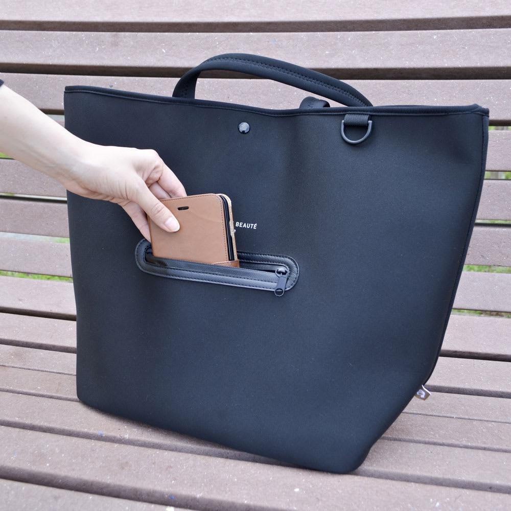 ノムデボーテ 保冷機能付き  トートバッグ 表面のポケットには携帯電話や財布を入れられるのでちょっと買い物に出かけたいときにも便利