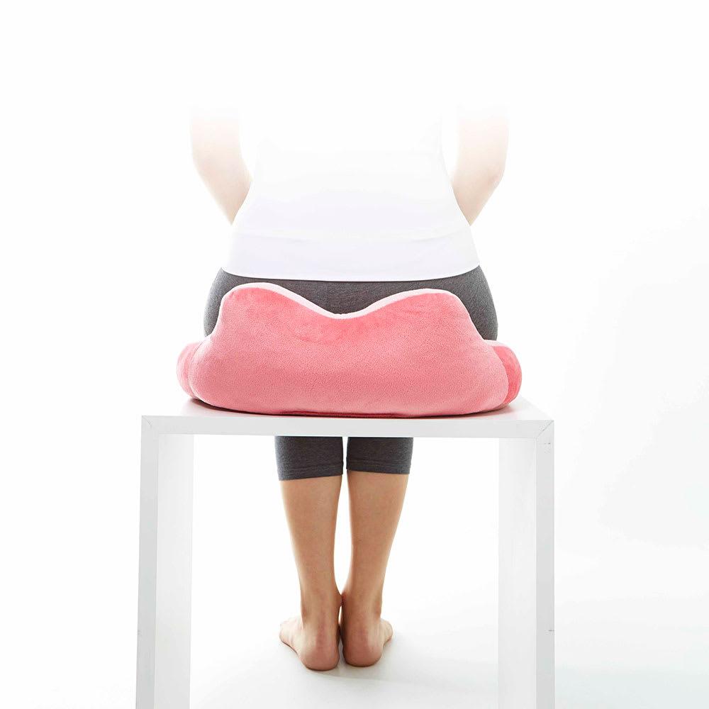 長時間座る姿勢をサポート! 骨盤サポートクッション 骨盤を包み込んでラクラク
