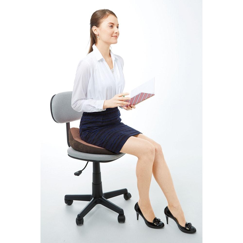 長時間座る姿勢をサポート! 骨盤サポートクッション オフィスチェアにもなじみやすいブラウンカラー