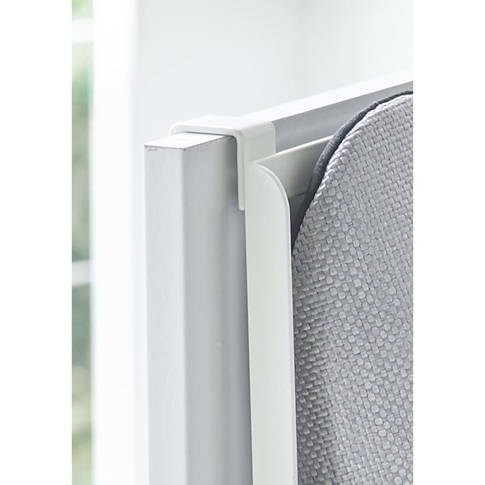 Tower/タワー 引っ掛け式スリッパラック  ドアフックで下駄箱扉の表面や裏面に引っ掛けるだけで簡単に設置できます。