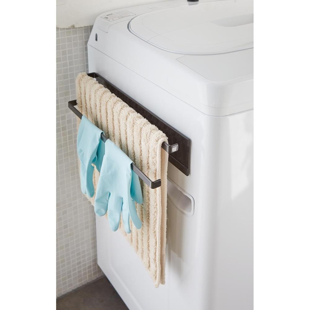 Tower/タワー 洗濯機横 マグネット タオルハンガー2段 干す場所に困るバスタオルやバスマットなどを洗濯機横に強力磁石でスリムに収納。