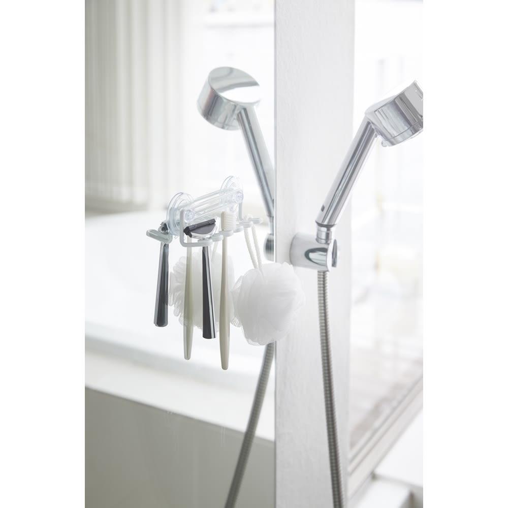 Tower/タワー 吸盤トゥースブラシホルダー 5連 洗面所のシンク周りやお風呂場の壁面などに歯ブラシ5本をコンパクトに収納。