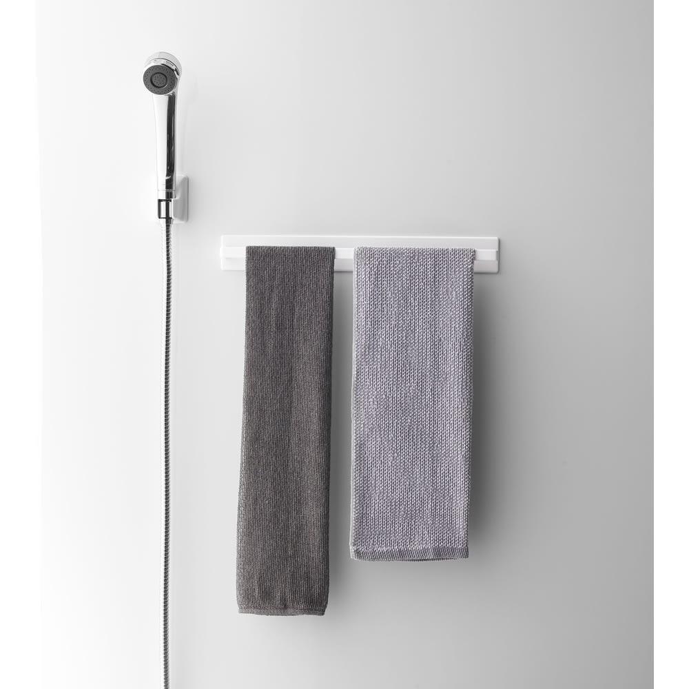 Tower/タワー マグネットバスルームタオルハンガー ワイド ワイドサイズのタオルハンガーでお風呂で使うボディタオルなどをまとめて掛けられます