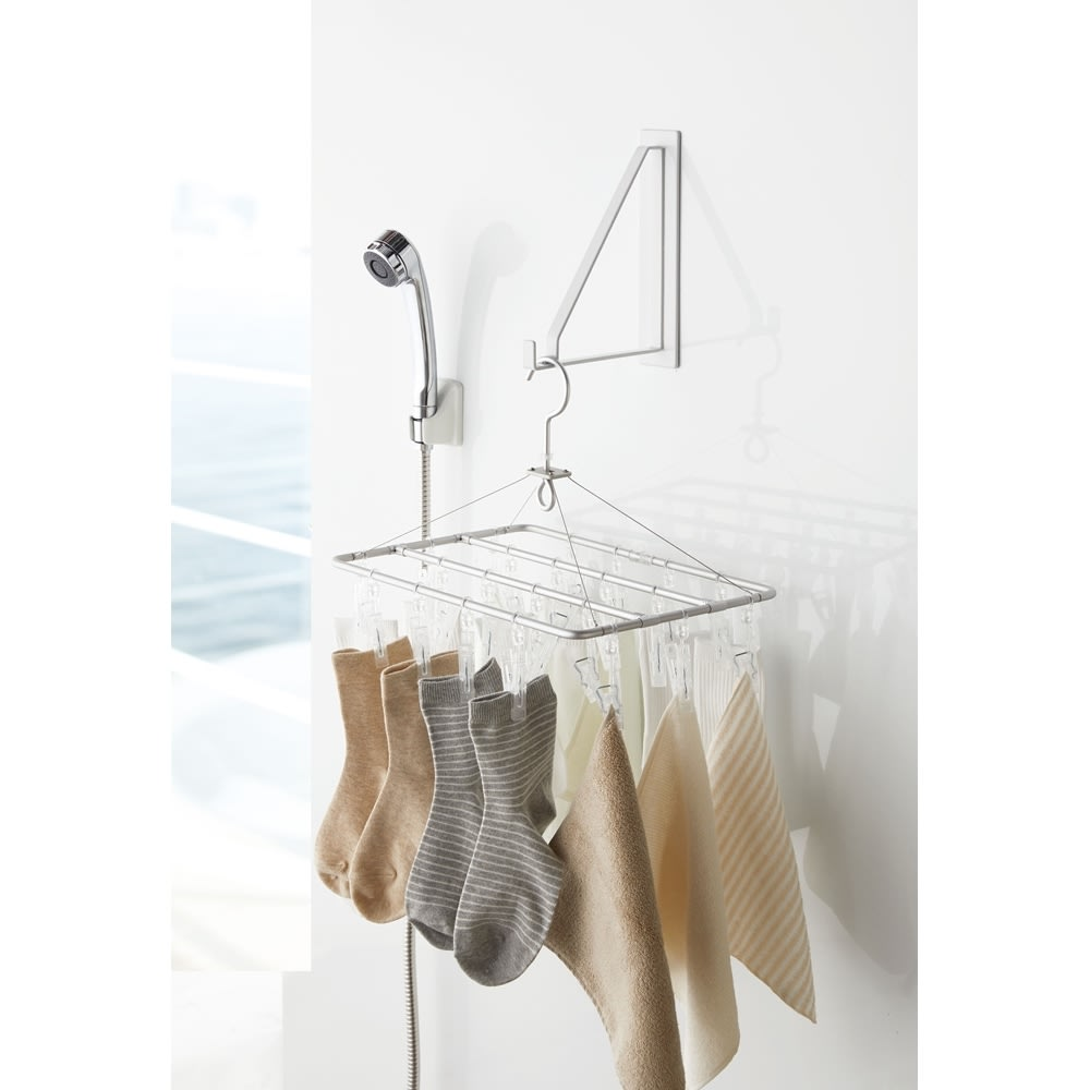 Tower/タワー マグネットバスルーム物干しハンガー  浴室のバーだけでは干す場所が足りない、そんなときにも使えるマグネットの物干しハンガー。