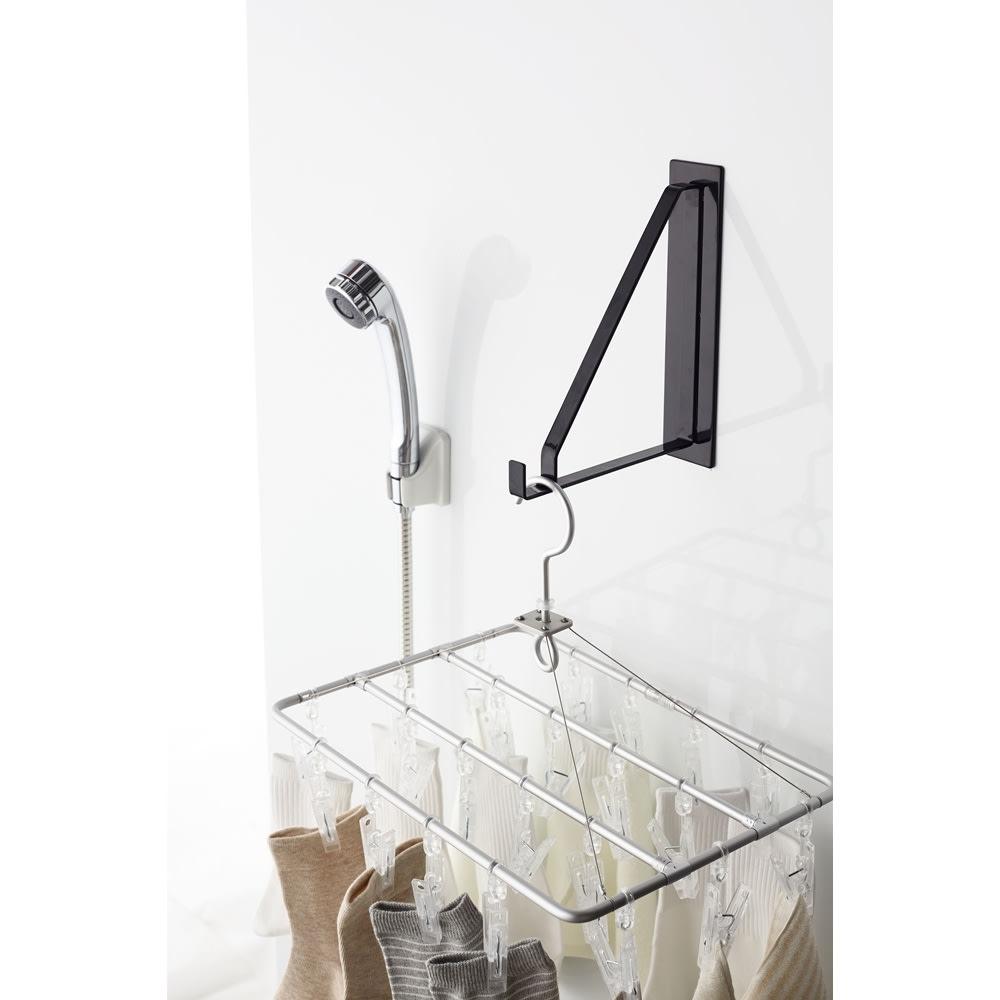 Tower/タワー マグネットバスルーム物干しハンガー  面を傷つけにくく、錆びにくいラバータイプのマグネットでピタっと壁面に簡単に取り付け