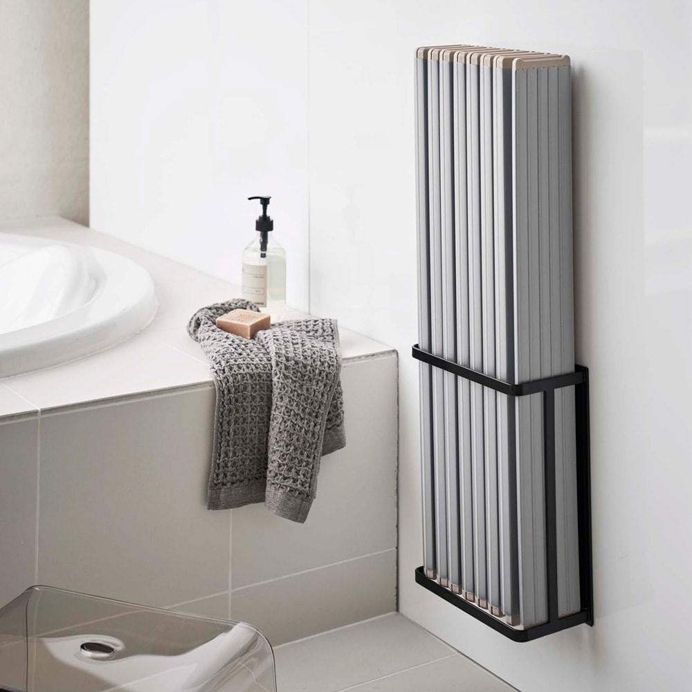 Tower/タワー マグネットバスルーム折り畳み風呂蓋ホルダー 使用イメージ(イ)ブラック