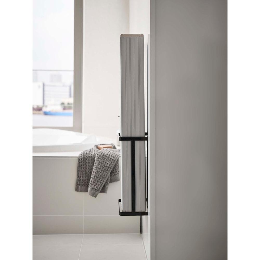 Tower/タワー マグネットバスルーム折り畳み風呂蓋ホルダー 使用イメージ