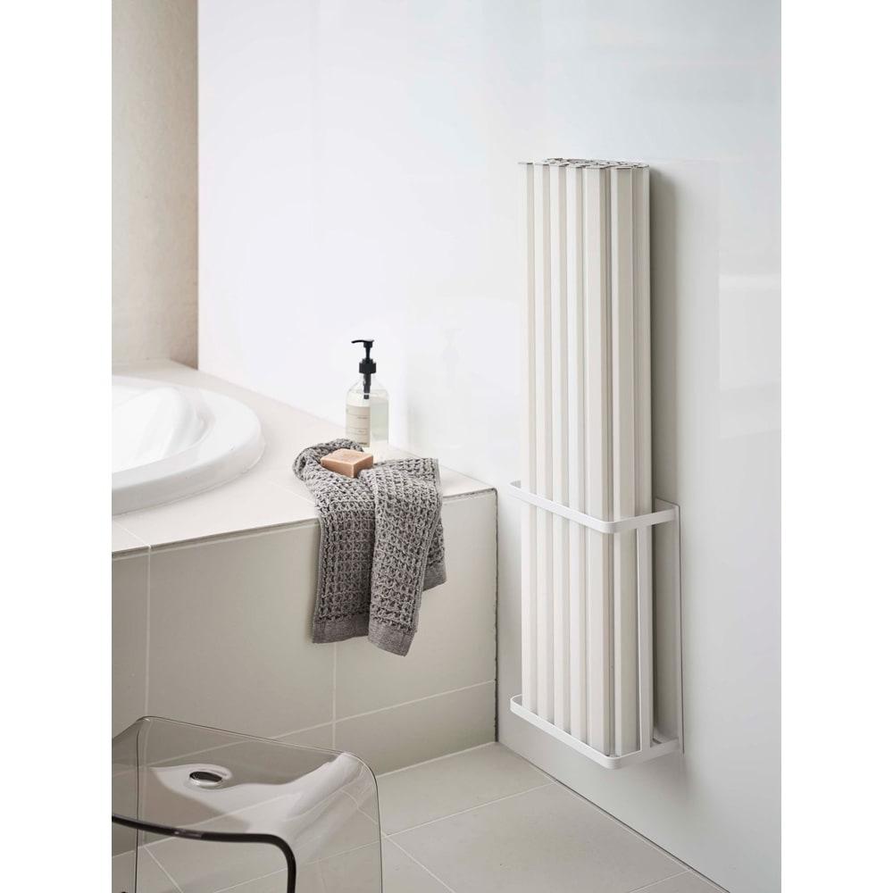 Tower/タワー マグネットバスルーム折り畳み風呂蓋ホルダー 置き場所に困る風呂蓋を壁面にマグネットでスリムに収納。