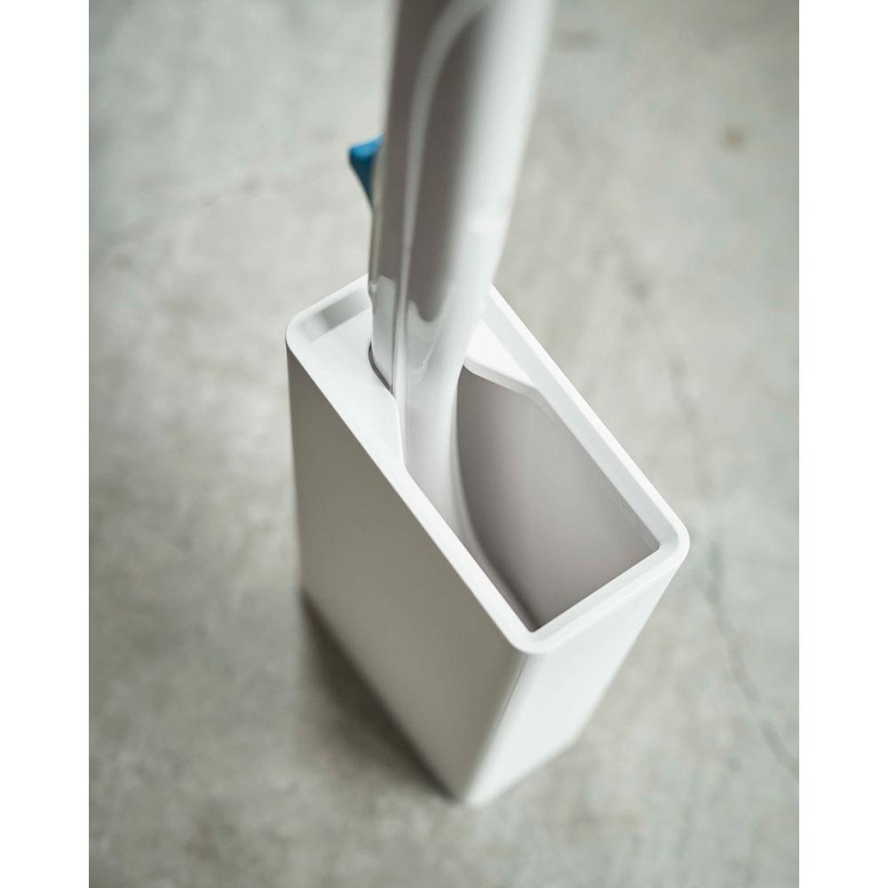 Tower/タワー 流せるトイレブラシスタンド 流せるトイレブラシのハンドルがピッタリフィットする形にデザインされているので、すっきり収納できます