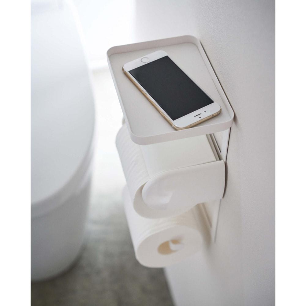 Tower/タワー トイレットペーパーホルダー上ラック 2段 携帯電話などをちょい置きしたり、ミニグリーンや芳香剤などを置けるトレーのスペースが完成