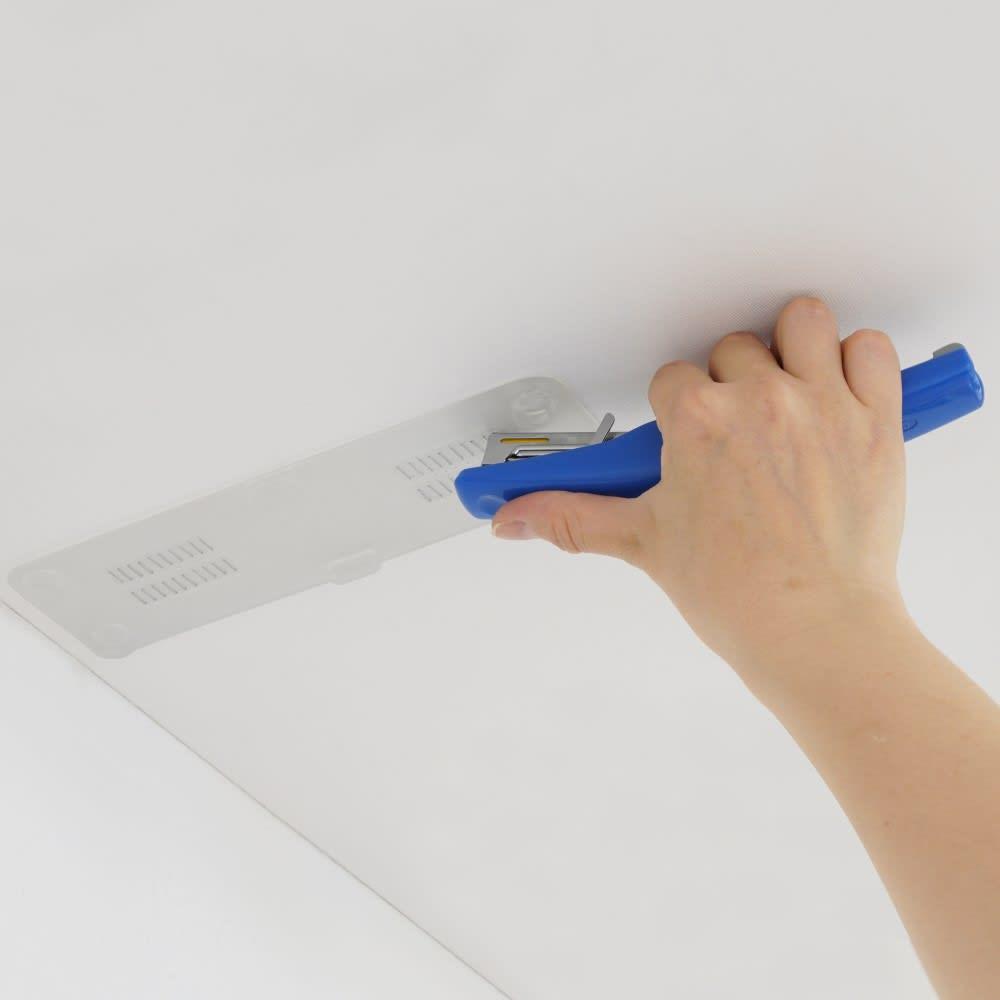 インテリアになじむ マット調 家具転倒防止 突っ張りポール 石膏ボード天井の場合は、クリアパネルをホチキスで止めることも可能です。(固定しなくても使用可能)