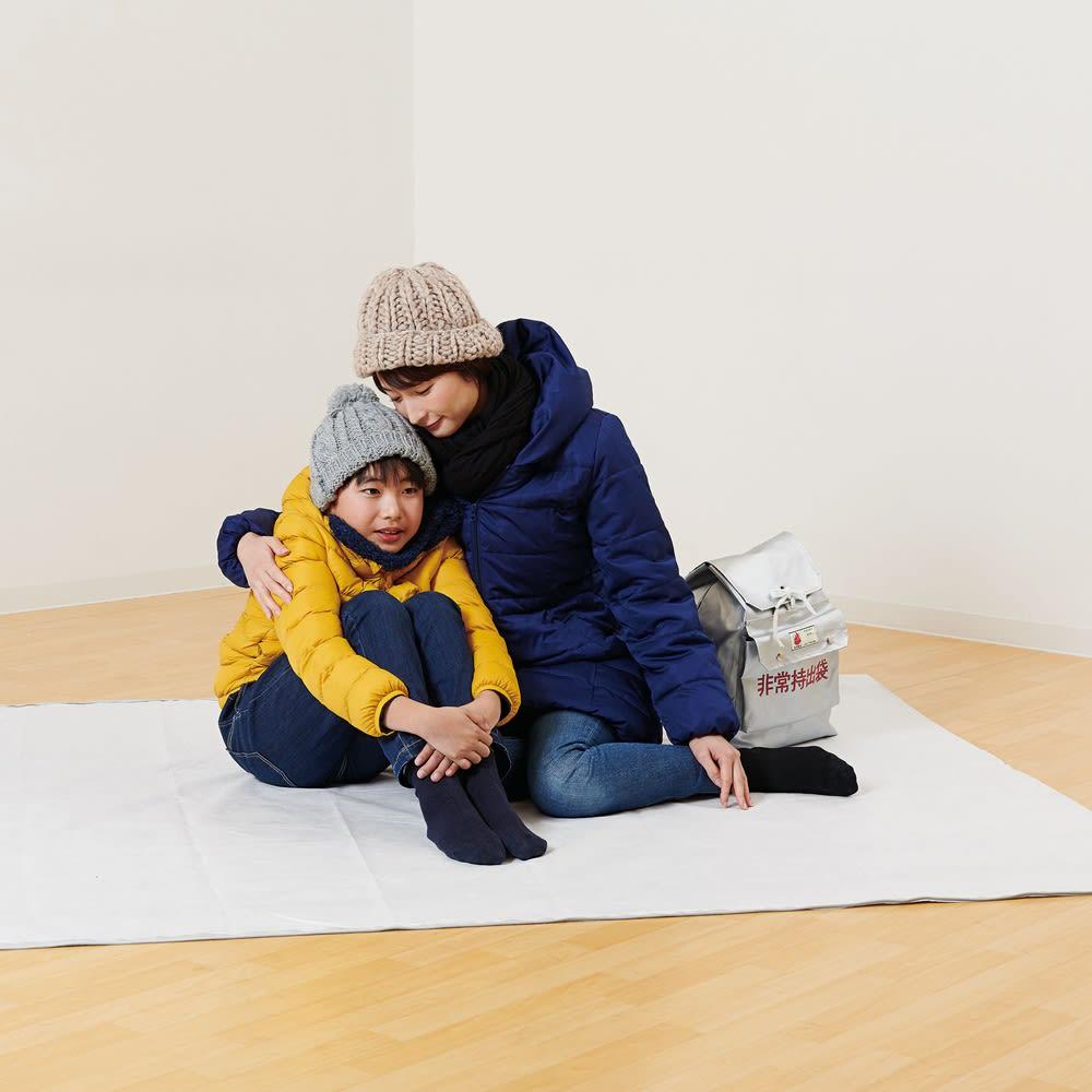3wayコンパクトアルミ寝袋 軽くて薄いので、持ち運びにも便利です。