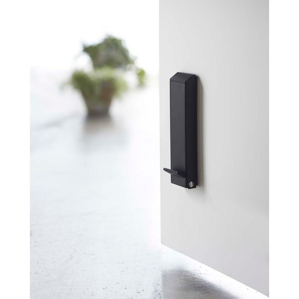 マグネット折り畳みドアストッパー スマート 使わないときは折りたたんでスリムに収納されるので、玄関で邪魔になりません。