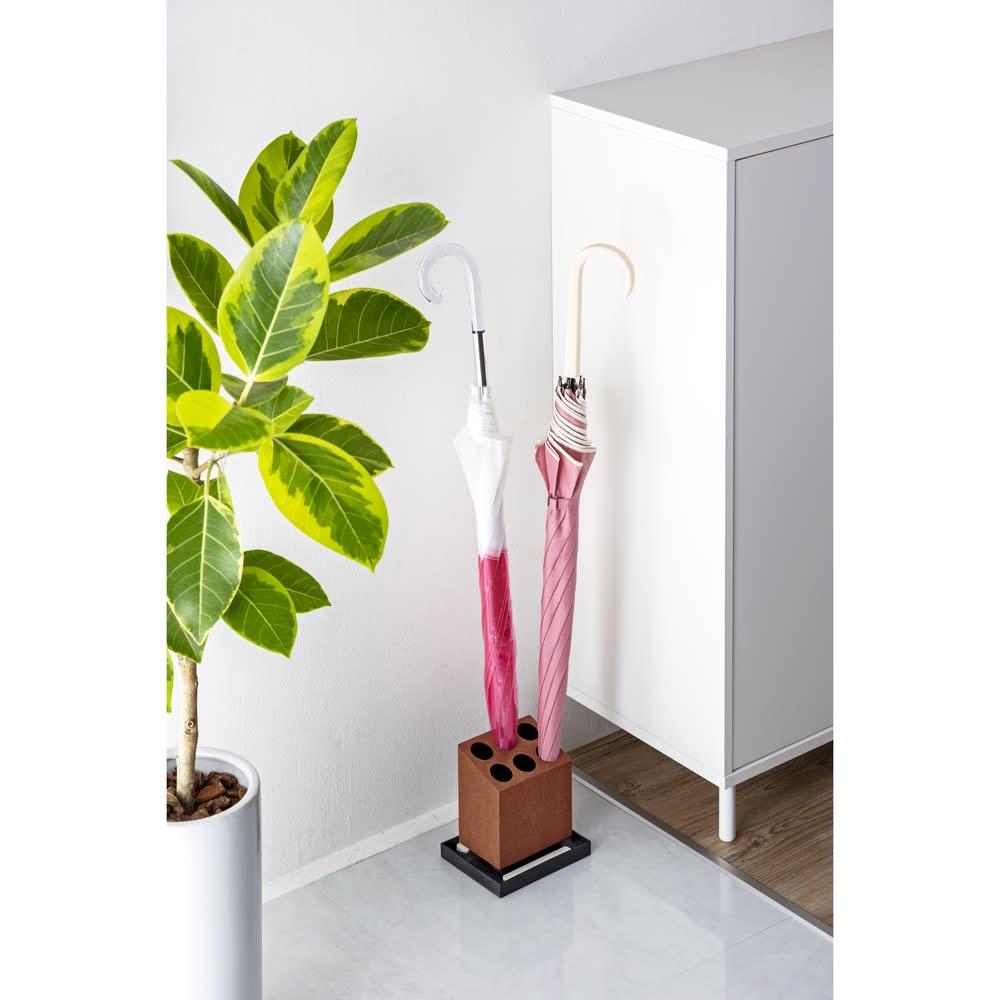 珪藻土スティック入り傘立て アンブレラスタンド  6本斜め (イ)ブラウン 玄関に置けるコンパクトなサイズです。