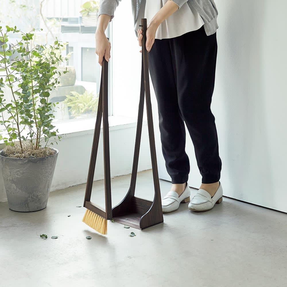 ヒノキ天然木ホウキ&チリトリセット スタンドタイプ 自立するので、必要な時にサッと使え、収納もスムーズです。