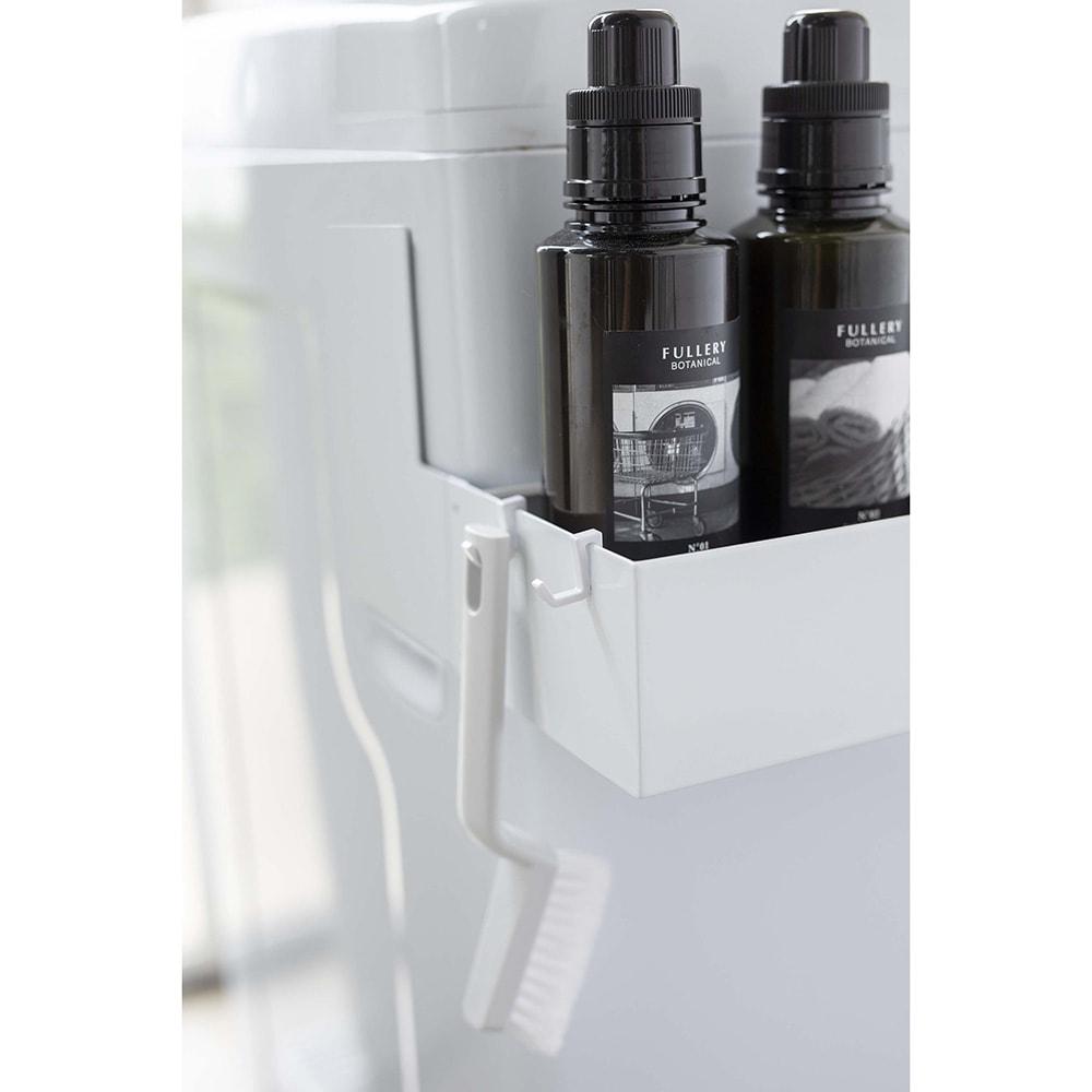 tower/タワー マグネット 伸縮洗濯機ラック 付属のフックでブラシなどの小物も収納可能。