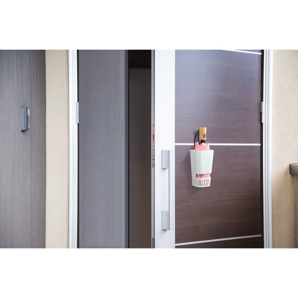 karariマグネット式折りたたみ傘ホルダー1本用 玄関の扉に取り付け可能。