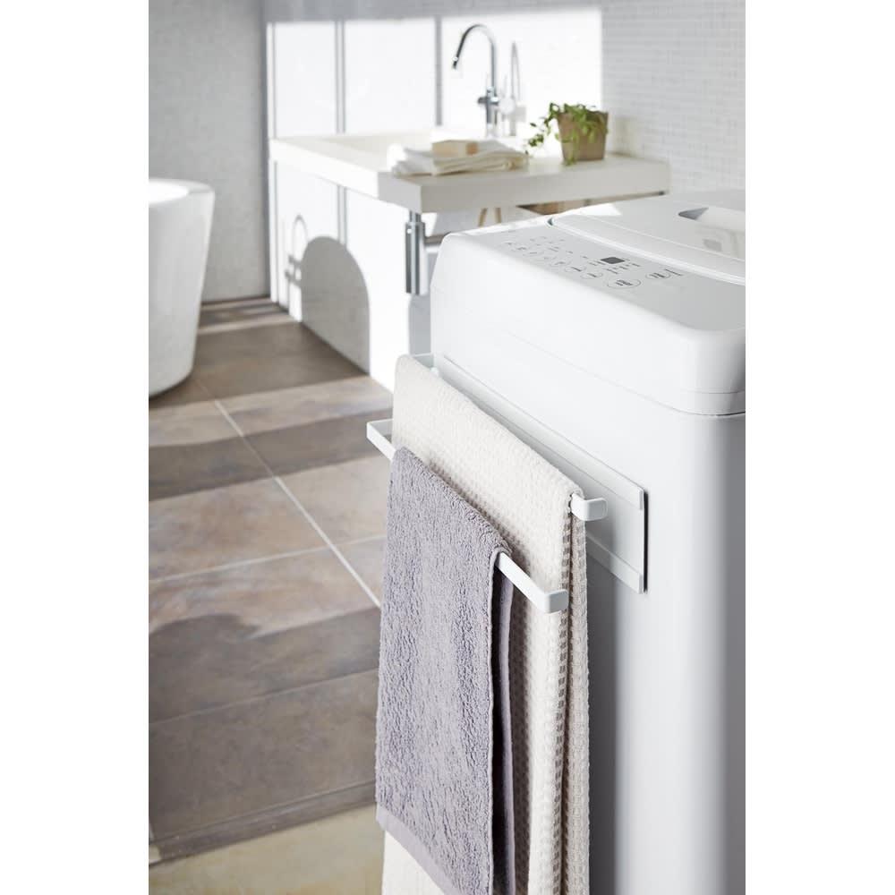 Tower/タワー 洗濯機横 マグネット タオルハンガー2段 使用イメージ(ア)ホワイト