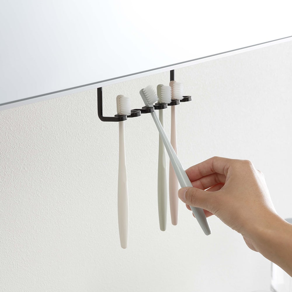 tower/タワー 吊り下げ式 洗面戸棚下 歯ブラシホルダー 洗面所の吊り戸棚に取り付けられる歯ブラシホルダー。