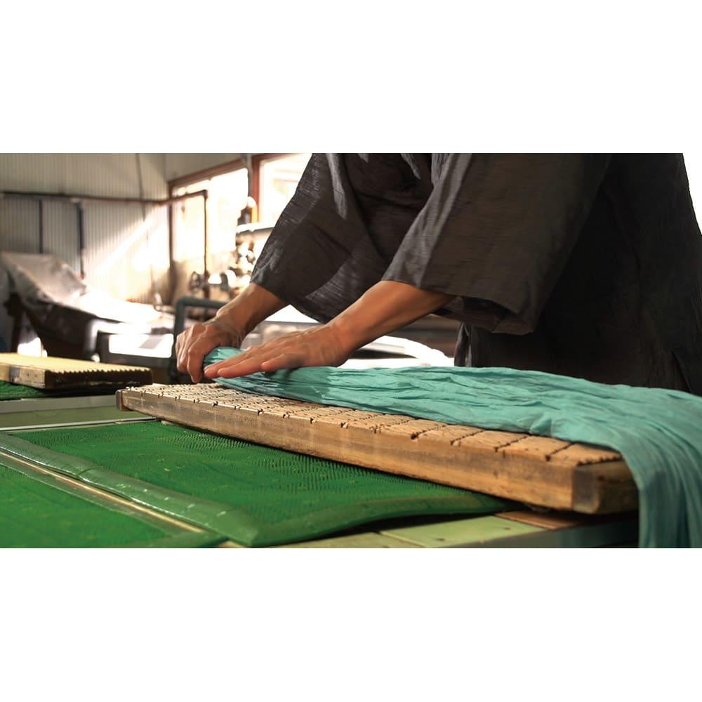 季ノ布 ふわり軽やか 初夏の彩り 洗える麻肌掛けふとん シングルサイズ 工程(1)シボとり