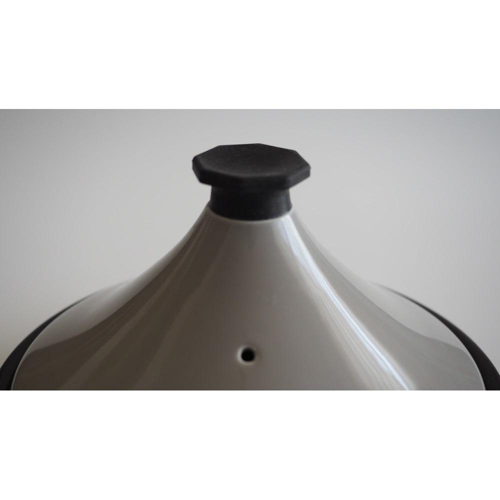 有田焼のニュータジン鍋「富士山」 持ち手はシリコン製になっているので調理中も簡単に中の様子が確認出来ます。