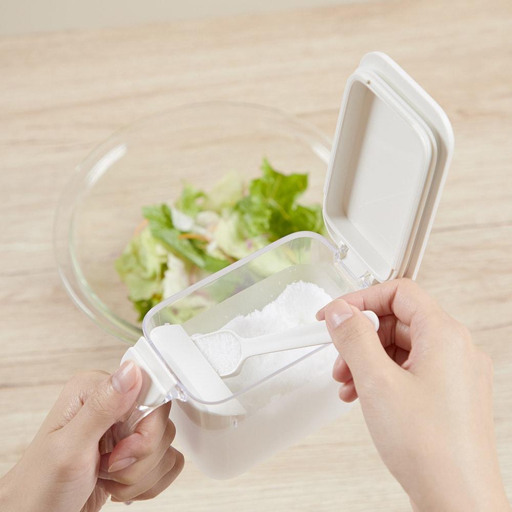マーナ調味料ポット同色2個組 すりきり板で調味料をすくう時に簡単にすりきりできます。
