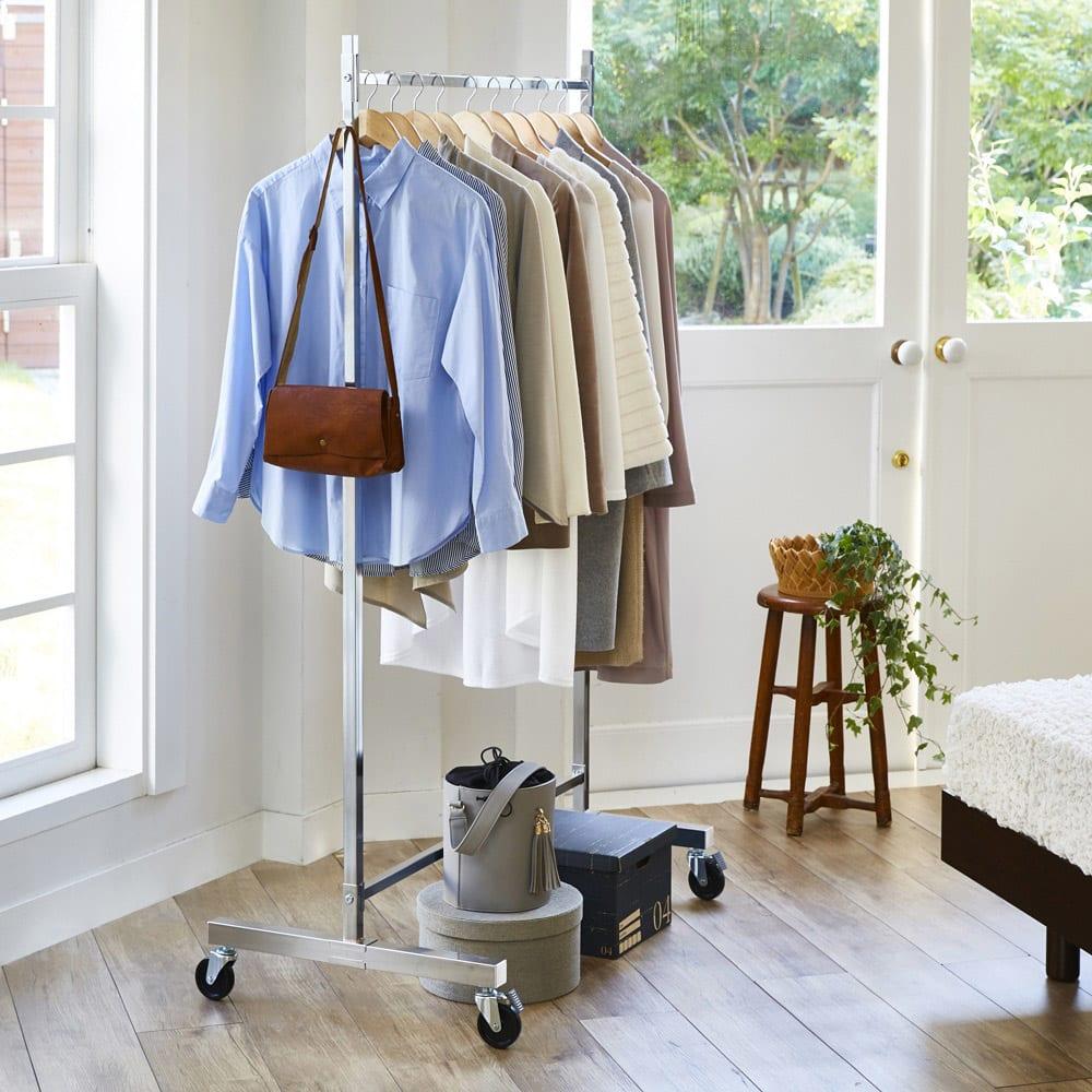プロ仕様 頑丈ハンガーラック「リモニ」 シングルタイプ・幅150cm 洋服をたっぷりかけて、毎朝の服選びを楽しんでください。(写真はシングルタイプ・幅100cm)