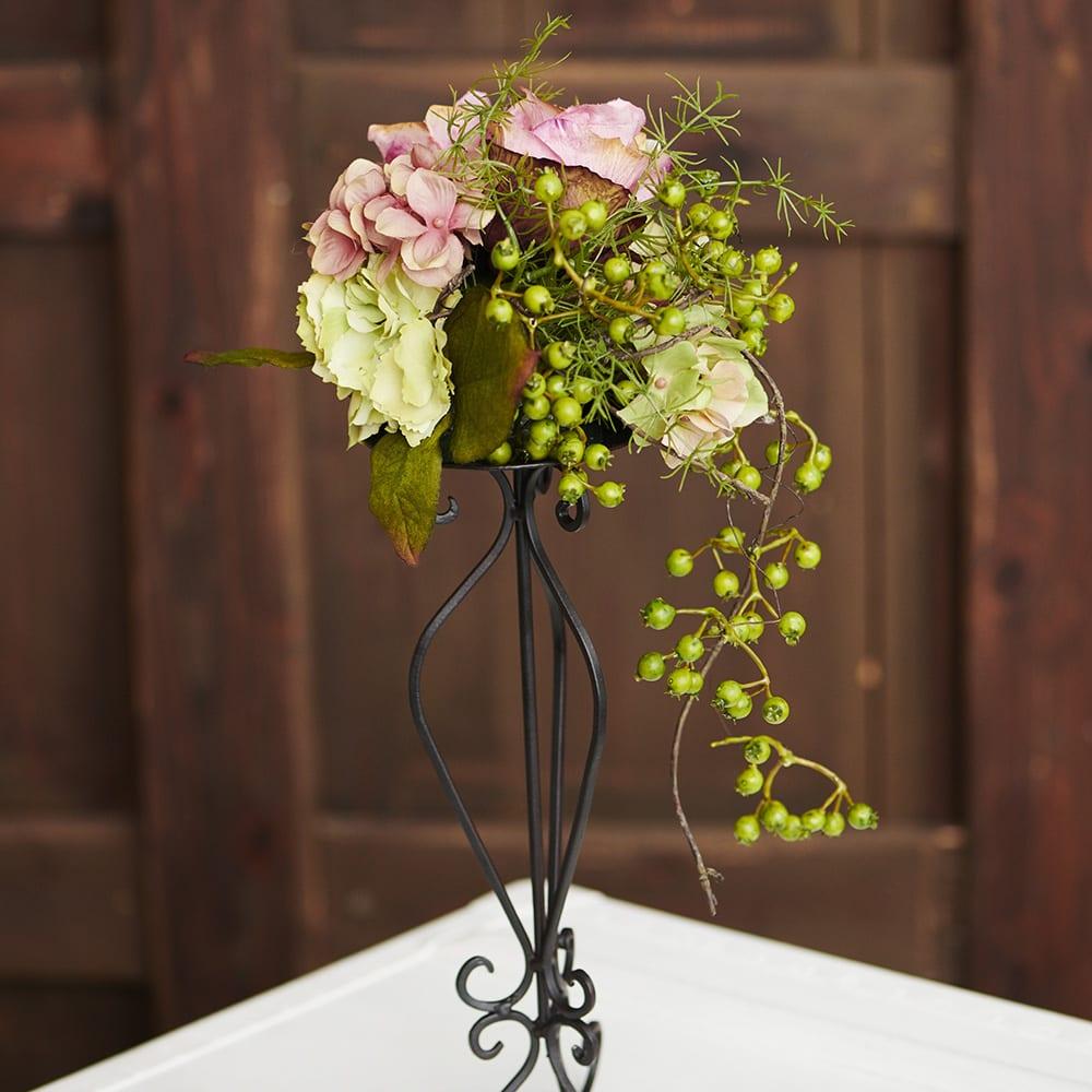 モーブローズのアイアンアレンジ ベリーやグリーンの花材で後ろ側も美しい