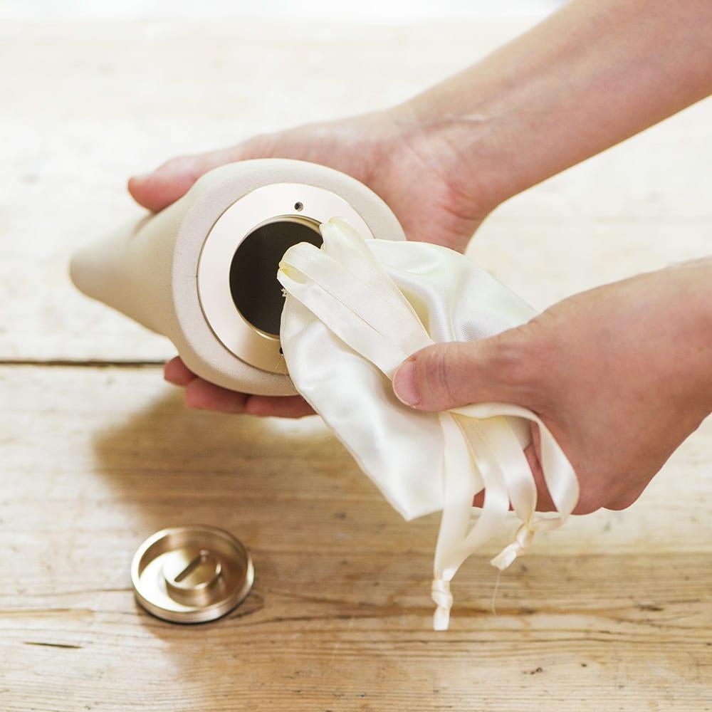 コッコリーノ【Coccolino】ミーチョ 正面 骨壺はアルミ製の蓋付き。大切なお骨や思い出の品を付属の内袋に入れて。