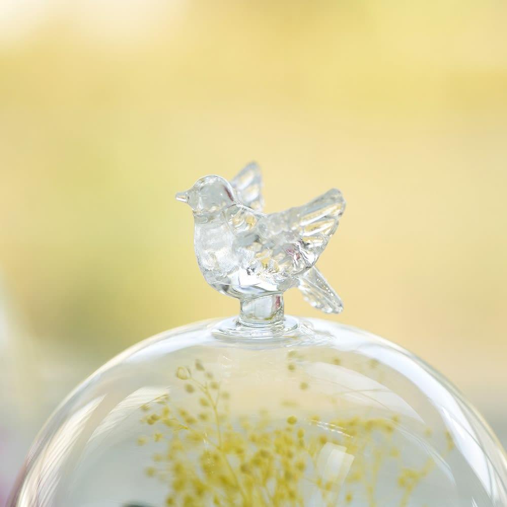 ガラスドーム入りプリザーブドフラワー ガーベラ ガラスドームの上には飛躍を願うハッピーモチーフつき