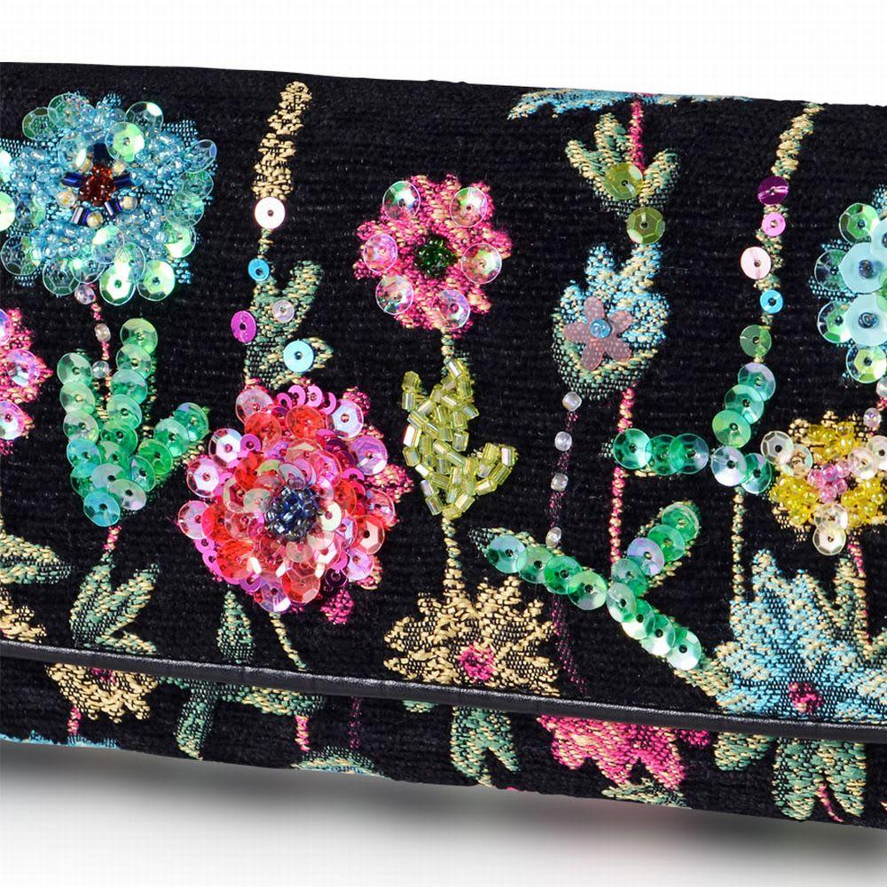 Think Bee!フラージェビーズ長財布 柄の上にビーズやスパンコールが刺繍され、他にはない華やかさです