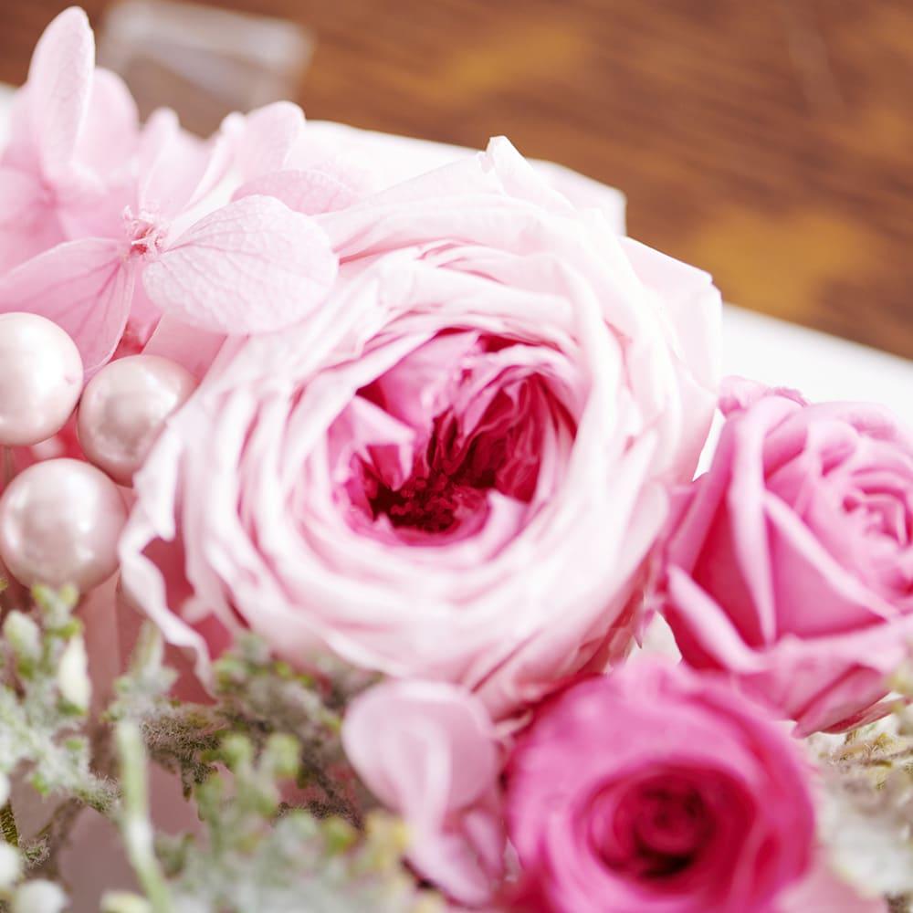 フォトボックス プリザーブドフラワー 存在感のあるミルフィーユ咲きのバラやパール調パーツがかわいらしい