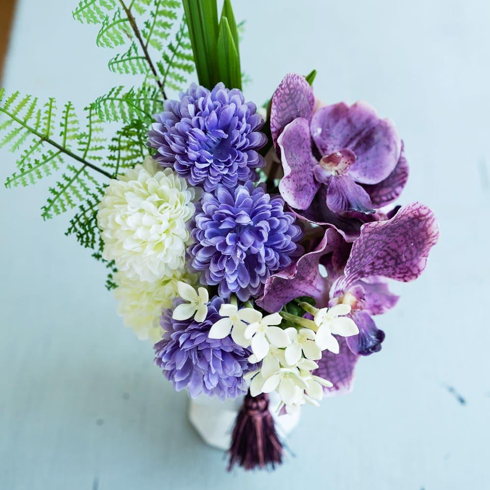 PRIMAタッセル付供花ホワイトパープル 蘭とマムでボリュームもあり華やかです