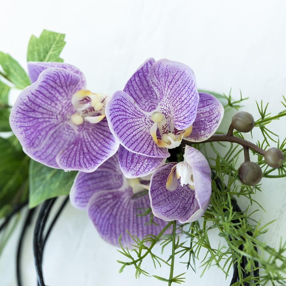 テッセンの壁掛けアレンジメント 落ち着いた色味の蘭で高級感も◎