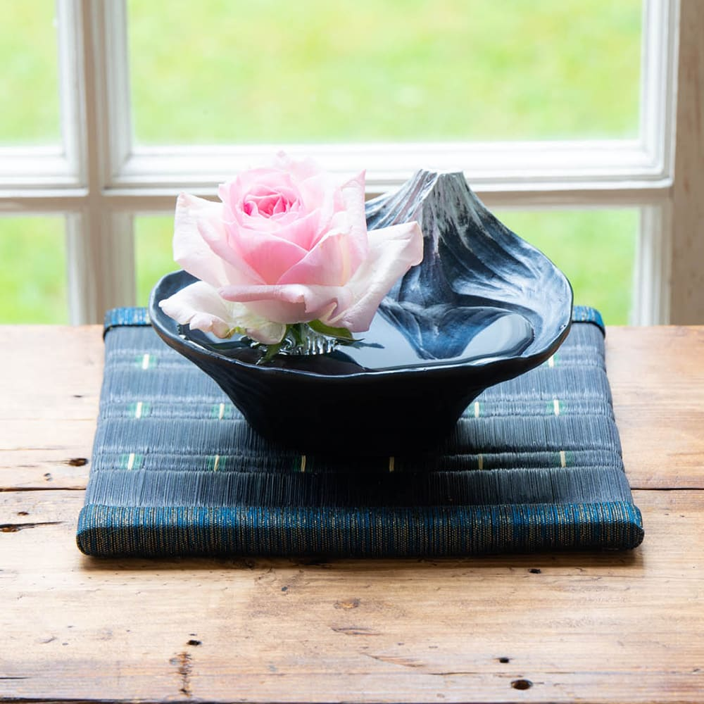 雫影 水盤「さかさ富士」 茎は水替えでだんだんと短くなると花瓶は活けにくいですが、剣山付なので最後まで楽しめます