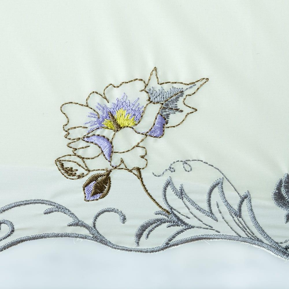 晴雨兼用 二重張り折り畳み日傘 芙蓉 縁には各面に花の刺しゅうが描かれています