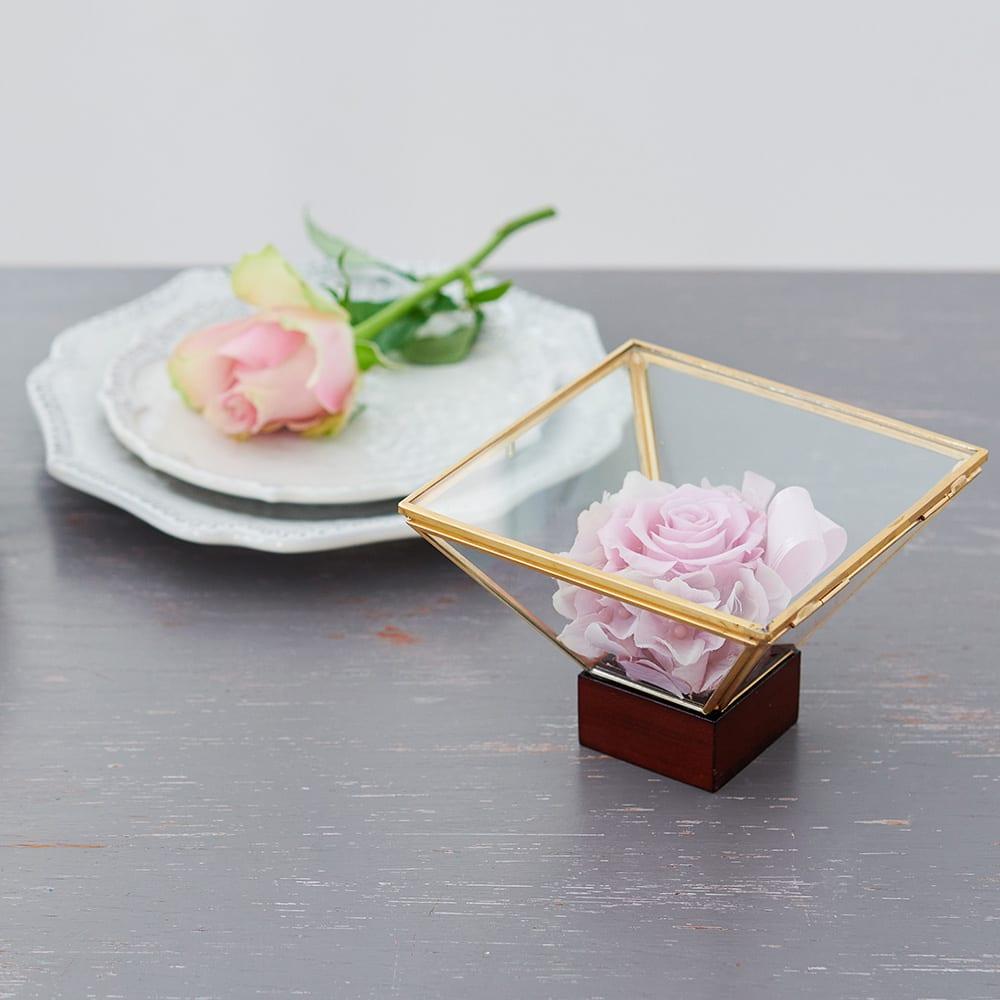 ガラスケース入りプリザーブドローズアレンジ  ケース入りなのでお手入れも楽に長く美しいまま楽しめます