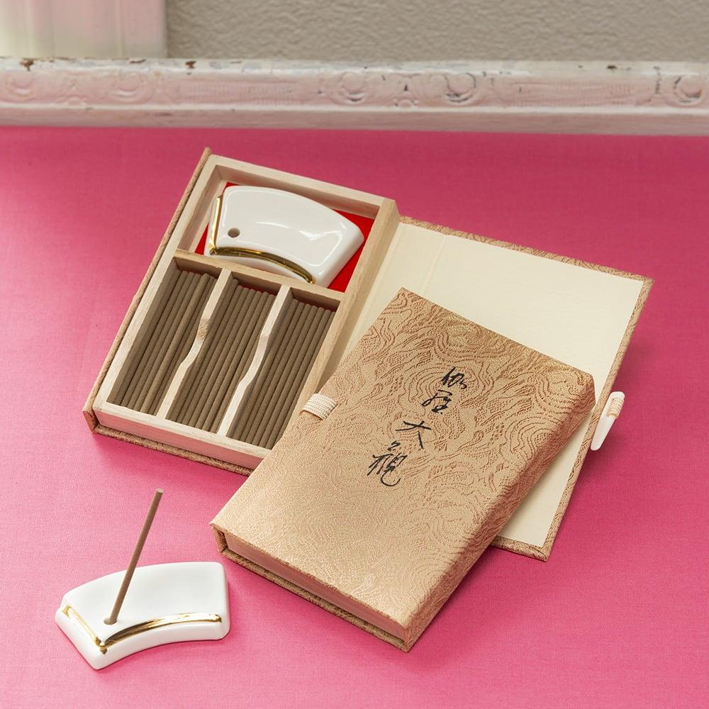 日本香堂のお香「伽羅大観」 沈香・伽羅の香りをお楽しみください ※ご使用の際は灰受けのお皿を下に敷いてお使いください。