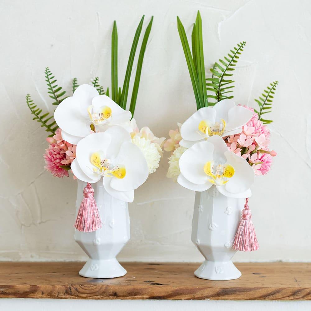 PRIMAタッセル付き供花ホワイトピンク 胡蝶蘭に優しいピンクのマムをアレンジしました 左:(ア)ヒダリ、右:(イ)ミギ